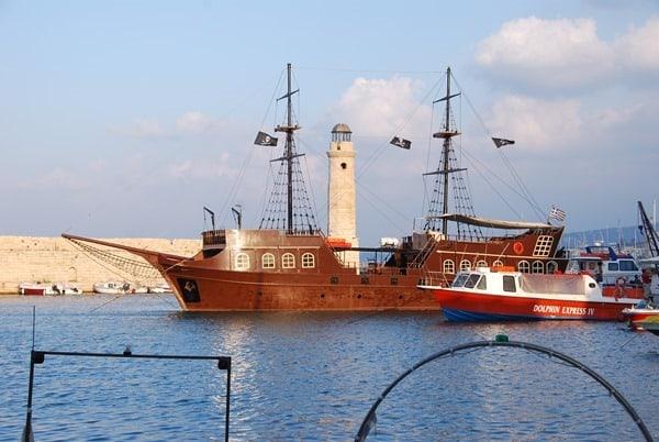 Piratenschiff Venezianischer Hafen Rethymnon Kreta Griechenland