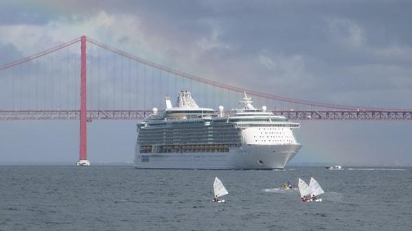 Hafenrundfahrt Lissabon Kreuzfahrtschiff Royal Caribbean Independence of the Seas Regenbogen Hängebrücke Segelboote
