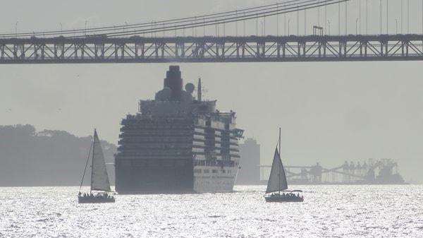Hafenrundfahrt Lissabon Kreuzfahrtschiff Queen Victoria Segelboote Hängebrücke Tejo