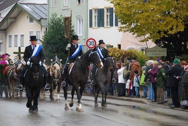 16_Reiter-der-Stadt-Bad-Toelz-Leonhardiritt-Oberbayern-Bayern