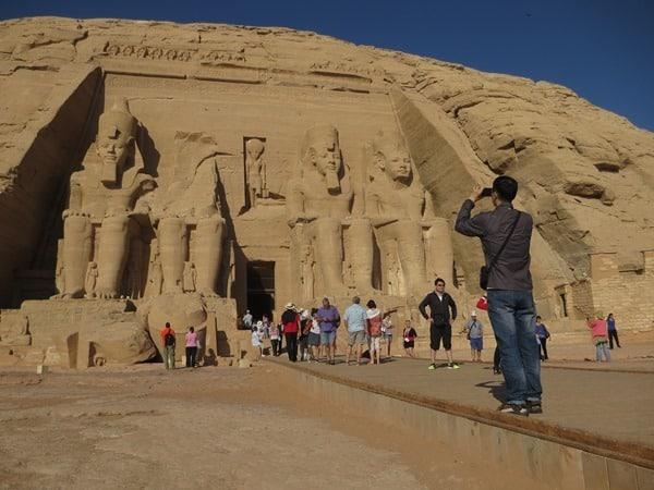 Touristen Abu Simbel Hathor Tempel Ägypten Urlaub Nilkreuzfahrt