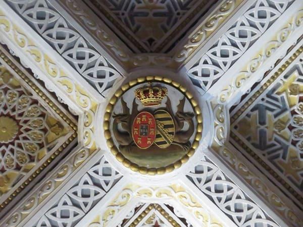 22_Decke-mit-Wappen-im-Schlafzimmer-des-Koenigs-Palacio-Nacional-da-Pena-Sintra-Lissabon-Portugal