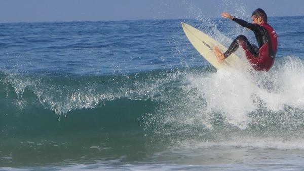 Surfer am Strand Praia da Cresmina Portugal