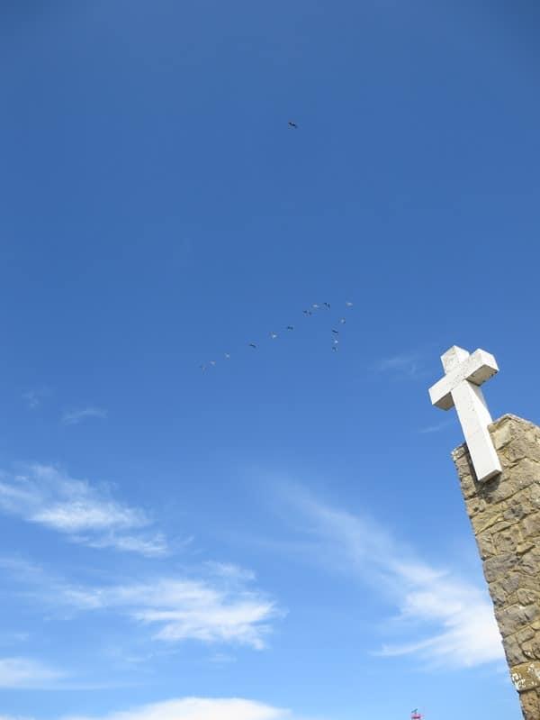 Cabo da Roca westlichster Punkt Europas Kreuz Vogelschwarm Portugal