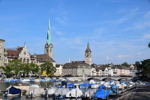 Zürich Sehenswürdigkeiten Schweiz Fraumünster Limmat