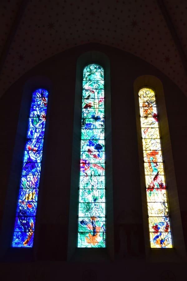 Zürich Sehenswürdigkeiten Schweiz bunte Kirchenfenster Fraumünster