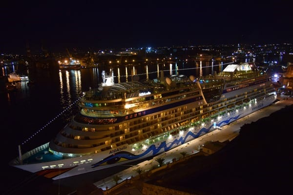 Malta Valletta Urlaub Sehenswürdigkeiten Tipps Upper Barakka Gardens AIDAbella Waterfront Kreuzfahrthafen nachts