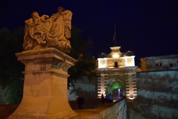 Malta Mdina Gate Urlaub Sehenswürdigkeiten Tipps Tor Brücke nachts