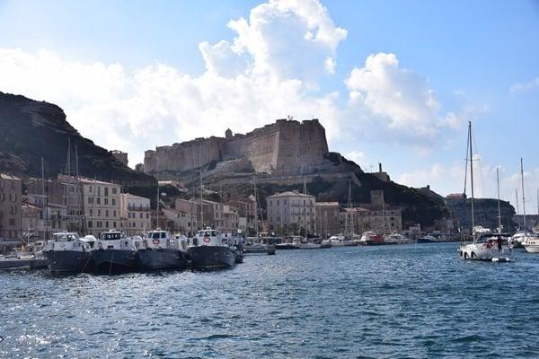 Bonifacio Korsika Blick vom Hafen auf die Festung Zitadelle Frankreich