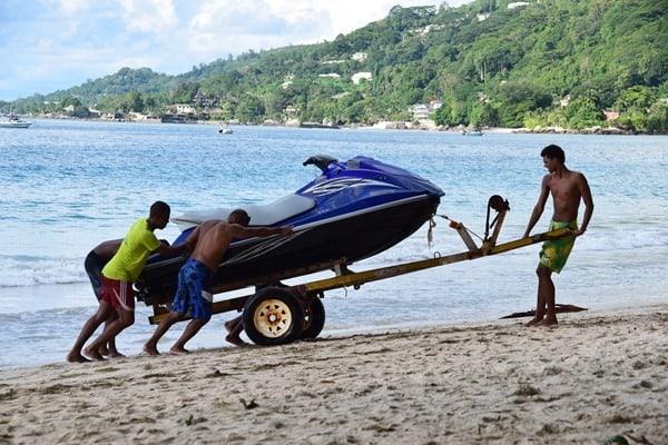 19_Wassersport-Strand-Beau-Vallon-Mahe-Seychellen
