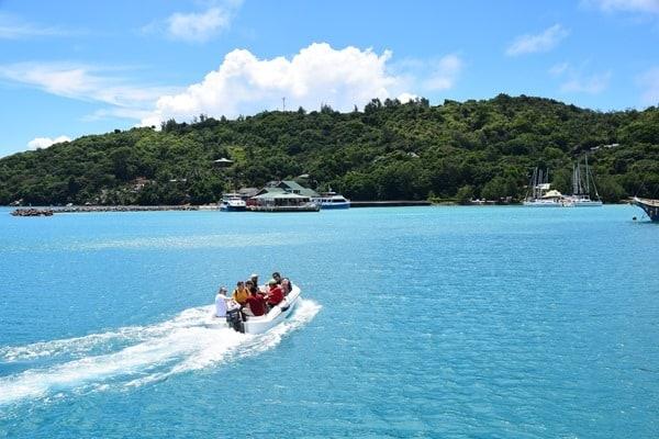 17_Tendern-beim-Islandhopping-Praslin-Seychellen