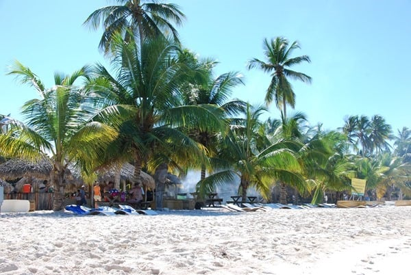 08_Grillplatz-am-Strand-Isla-Saona-Dominikanische-Republik-Karibik