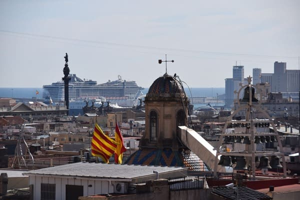 09_Blick-vom-Dach-der-Kathedrale-von-Barcelona-auf-MSC-Preziosa-Spanien