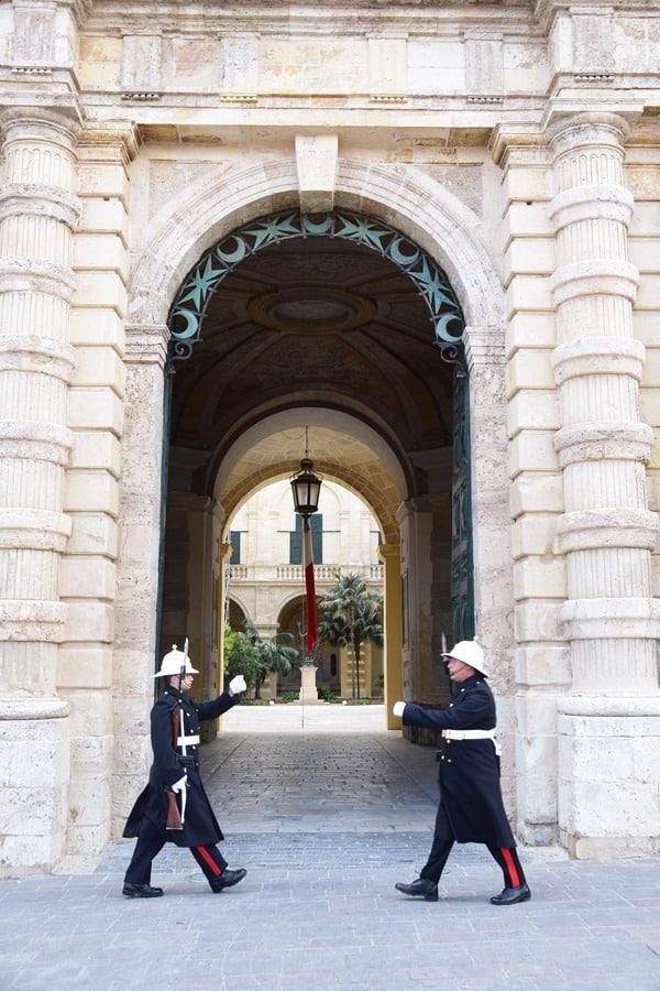 12_Wache-am-Grandmasters-Palace-Valletta-Malta