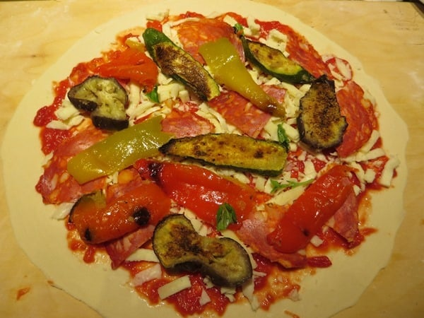 die perfekte Pizza selber machen Pizzabelag gegrilltes Gemüse Salami Mozzarella