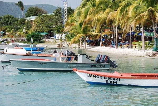 karibischer-Strand-Saint-Martin-Boote-im-Meer