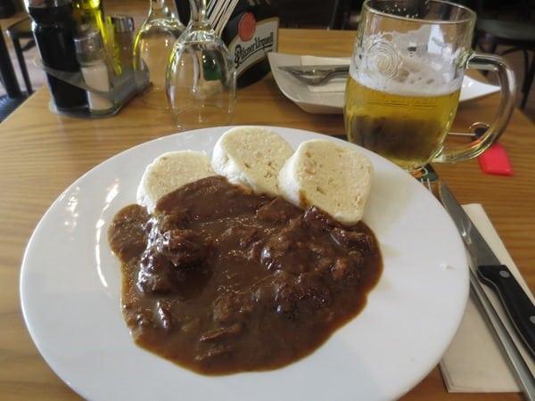 04_Jungesellenabschied-Prag-Tschechisches-Gulasch-Knoedel-Pilsner-Urquell-Bier