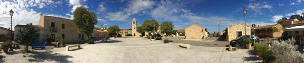 San Pantaleo Panorama Marktplatz Dorfplatz Palau Sardinien Italien