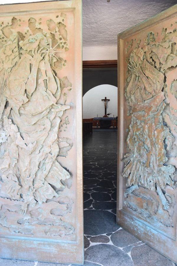 Porto Cervo Kirchentür Kirche Stella Maris Costa Smeralda Palau Sardinien Italien
