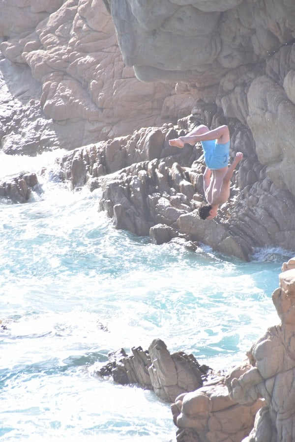 Kippenspringer Salto rückwärts Strand Li Cossi Costa Paradiso Sardinien Italien