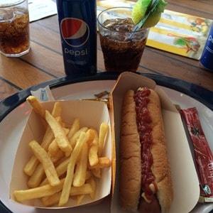 Seetag Kreuzfahrt Snack Hot Dog Pommes Pepsi Cola Kreuzfahrtschiff