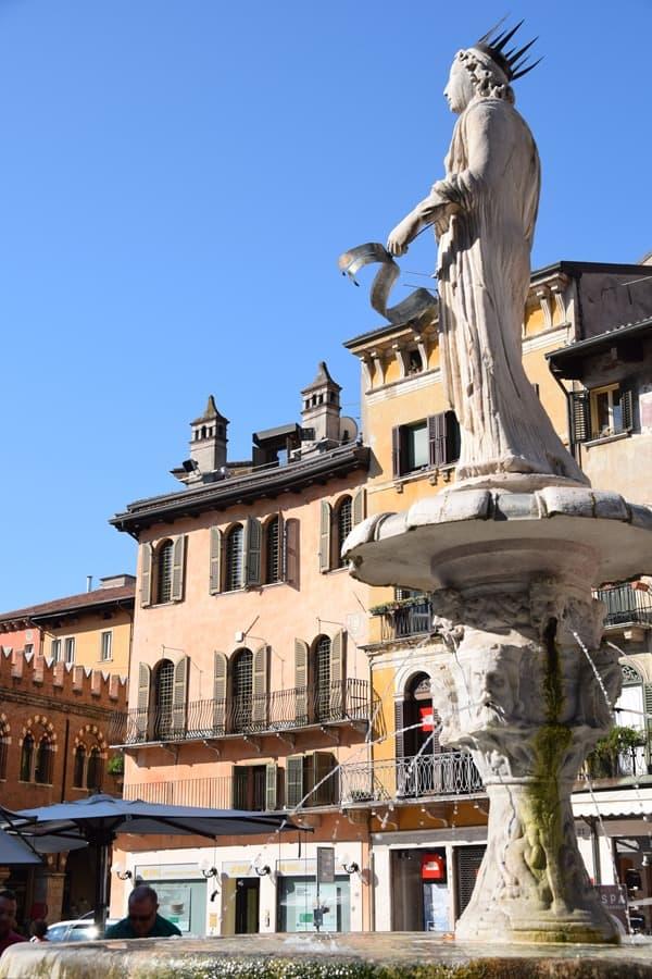 Verona Sehenswürdigkeiten Piazza delle Erbe Markt Brunnen Statue Madonna Italien