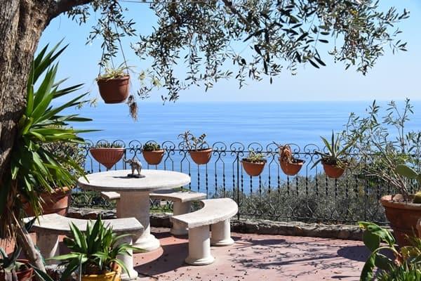 13_Terrasse-mit-Aussicht-Ventimiglia-Ligurien-Italien-Blumenriviera