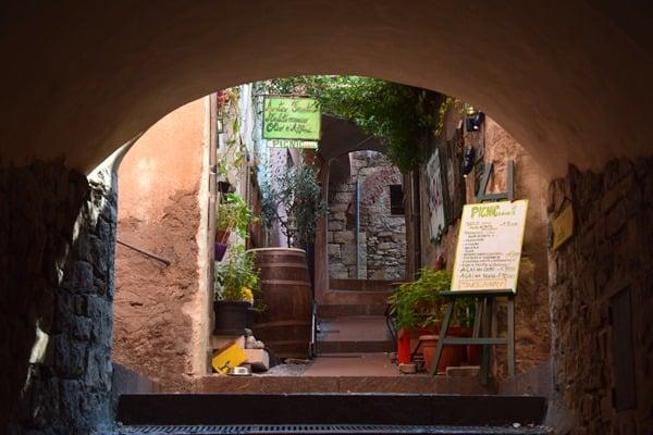 17_In-den-Gassen-von-Cervo-Ligurien-Italien-Blumenriviera