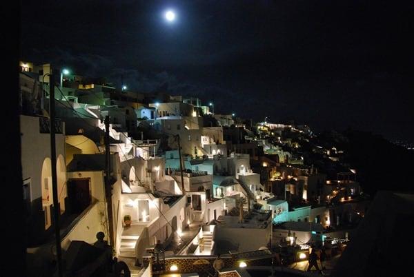 Fira Thira bei Nacht Santorini Urlaub Kreuzfahrt Sehenswürdigkeiten Kykladen Griechenland
