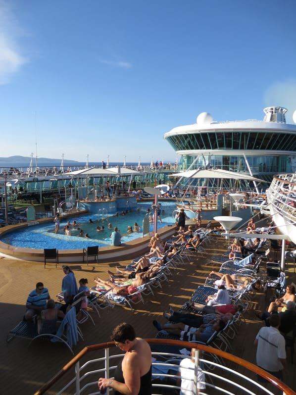 19_Kreuzfahrtschiff-Royal-Caribbean-Vision-of-the-Seas-Pooldeck