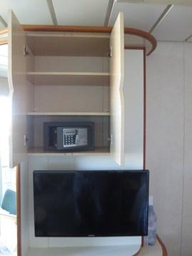 14_Balkonkabine-Kreuzfahrtschiff-Royal-Caribbean-Vision-of-the-Seas-Fernseher-Tresor