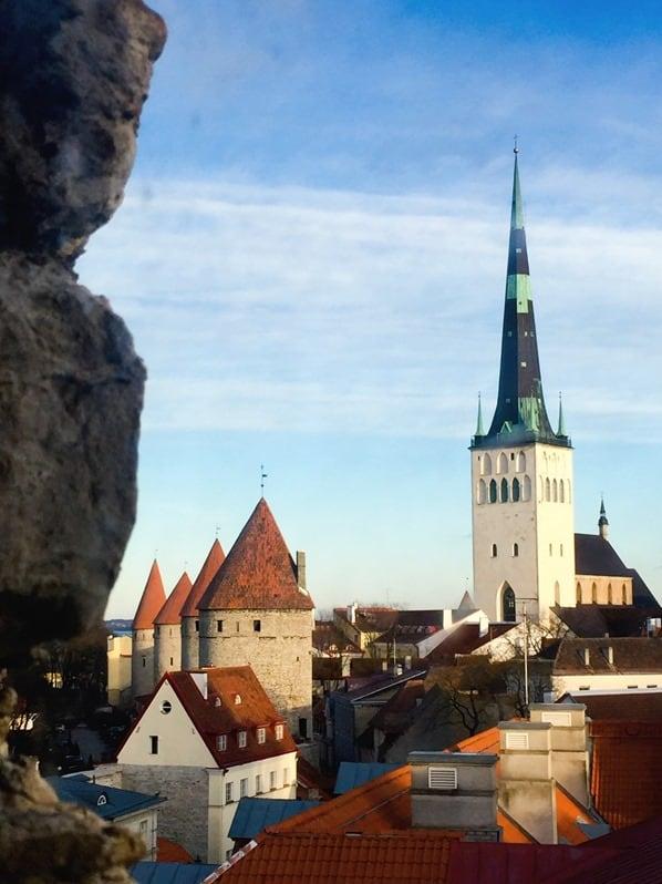 17_Blick-aus-dem-Turm-der-Stadtmauer-auf-die-Olaikirche-und-historische-Altstadt-Tallinn-Estland