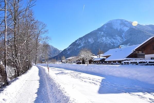 19_Wanderweg-Winter-Schnee-Rottach-Egern-Tegernsee-Bayern-Deutschland
