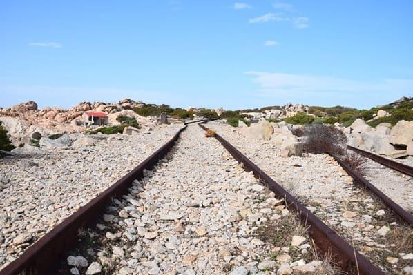 La Maddalena Sardinien Schienen Italien Mittelmeer
