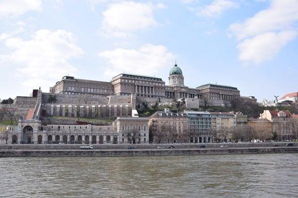 Donaukreuzfahrt a-rosa bella Flusskreuzfahrt Donau Burgpalast Buda Budapest Ungarn