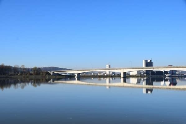 arosa flusskreuzfahrt donau Spiegelung Fluss Brücke Österreich