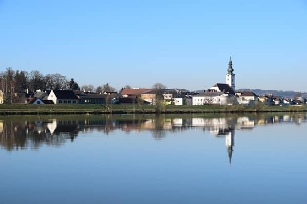 arosa Flusskreuzfahrt Donau Fluss Spiegelung Ortschaft Kirche Österreich