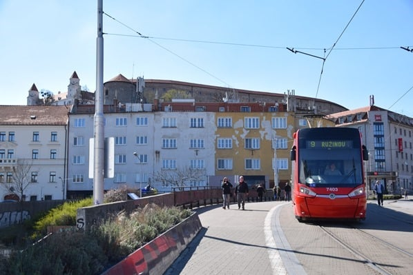 Strassenbahn Burg Hrad Braitslava Slowakei flusskreuzfahrt donau kreuzfahrt