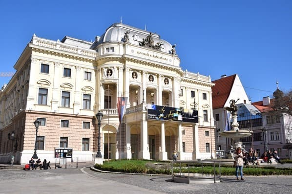 Historisches Gebäude des Slowakischen Nationaltheaters Braitslava Slowakei flusskreuzfahrt donau kreuzfahrt