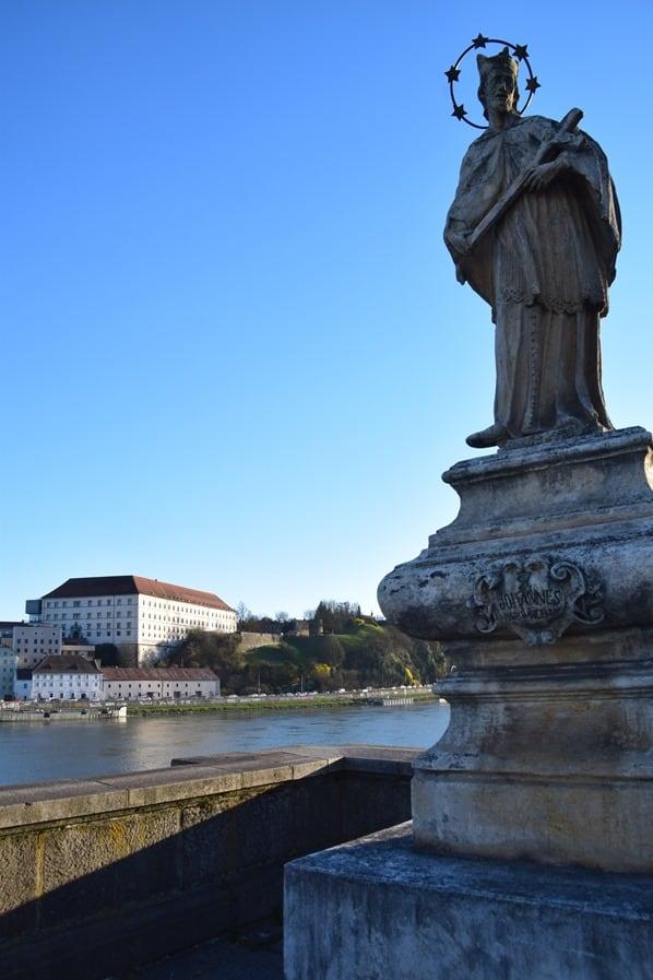Statue Nibelungenbrücke Linzer Schloss Donaubrücke Linz Österreich arosa Flusskreuzfahrt Donau