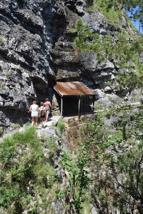 Gaisalm Achensee wandern Wanderweg Wasserfall Schutzdach Tirol Österreich