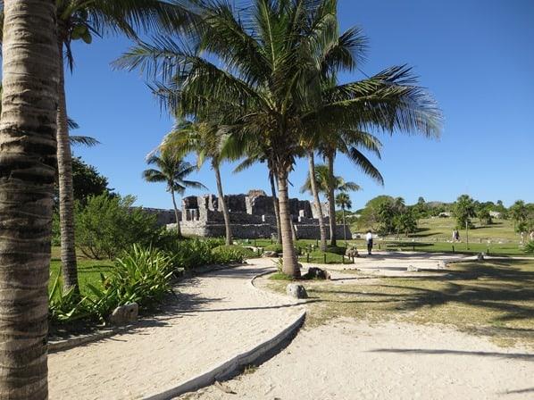 Tulum Mexiko Karibik Weg zum Maya Tempel des herabsteigenden Gottes Ruine Yucatan