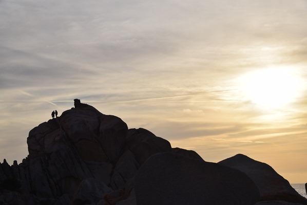 16_Klettern-am-Felsen-im-Sonnenuntergang-am-Capo-Testa-Sardinien-Italien