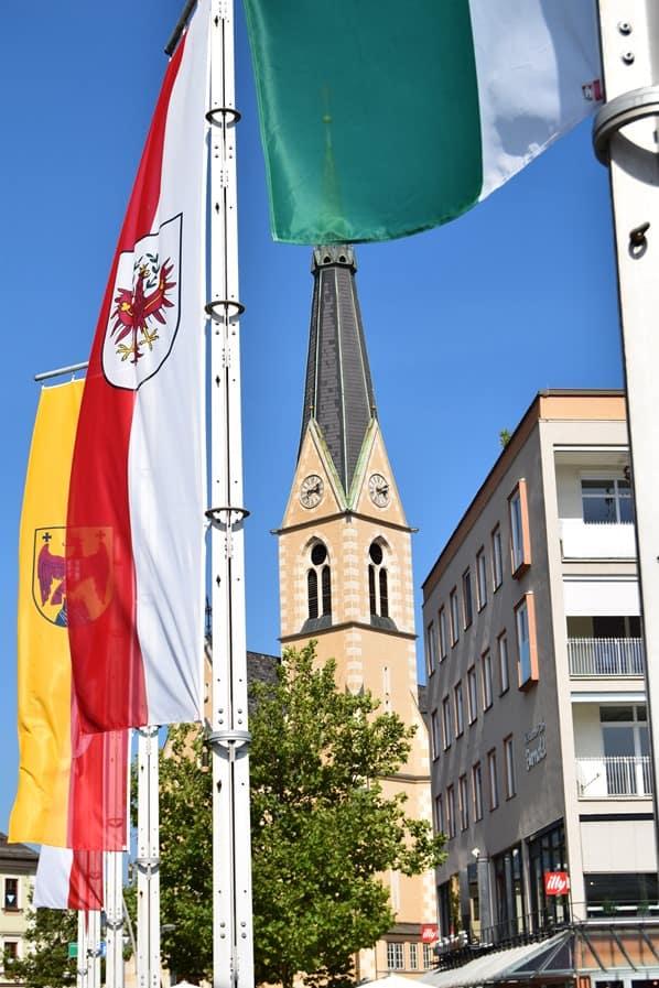 Drauradweg Flaggen Nikolaikirche Villach Kärnten Österreich