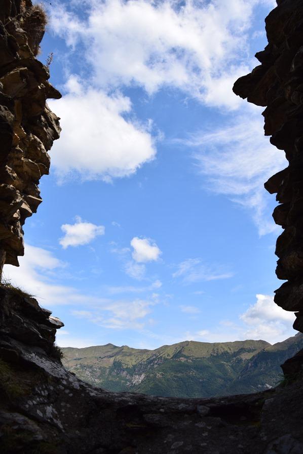 Triora Aussicht mittelalterliche Ruine Himmel Alpen Hexendorf Ligurien Italien