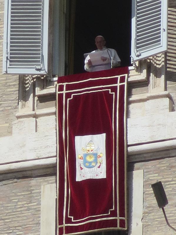 Vatikan Rom Papst Franziskus Fenster Angelus Gebet Petersplatz Petersdom Italien