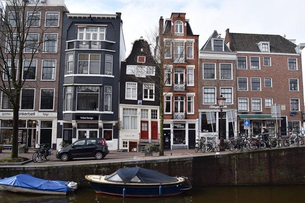24_a-rosa-Flusskreuzfahrt-Rhein-Sightseeing-schiefe-Haeuser-Amsterdam-Holland-Niederlande