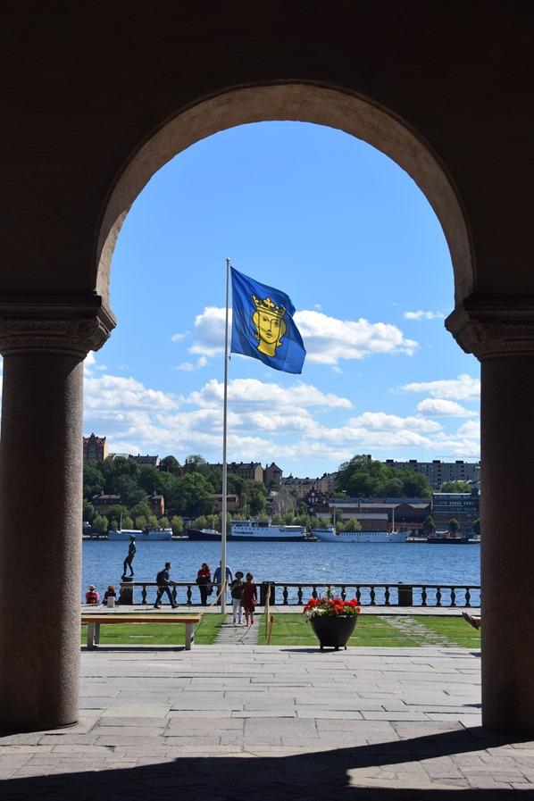 Stockholm Sehenswürdigkeiten Torbogen Stadshus Stadthuset Stockholm Flagge Schweden
