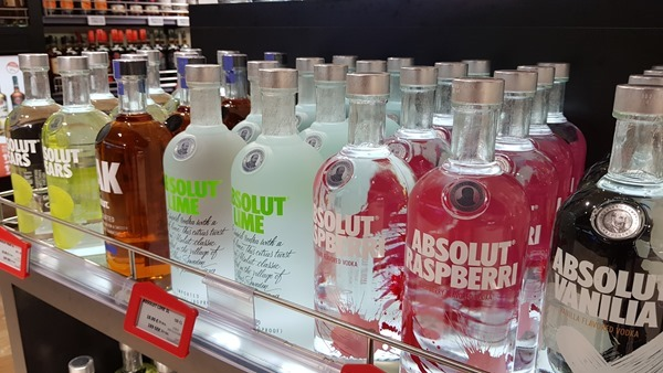 Duty Free Shopping Absolut Vodka Luxus-Fähre Tallink Silja Symphony Minikreuzfahrt Ostsee Baltikum