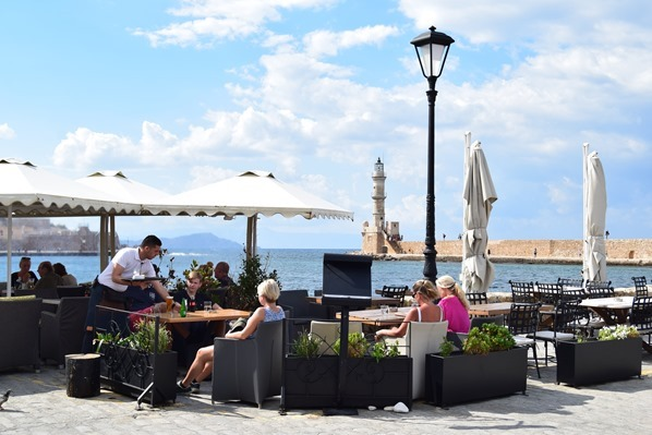 Cafe Leuchtturm Mauer Alter Hafen Chania Kreta Griechenland